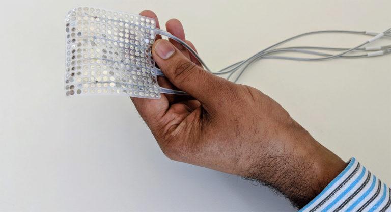 Cientistas usam implante para captar ondas cerebrais e transformá-las em voz computadorizada.